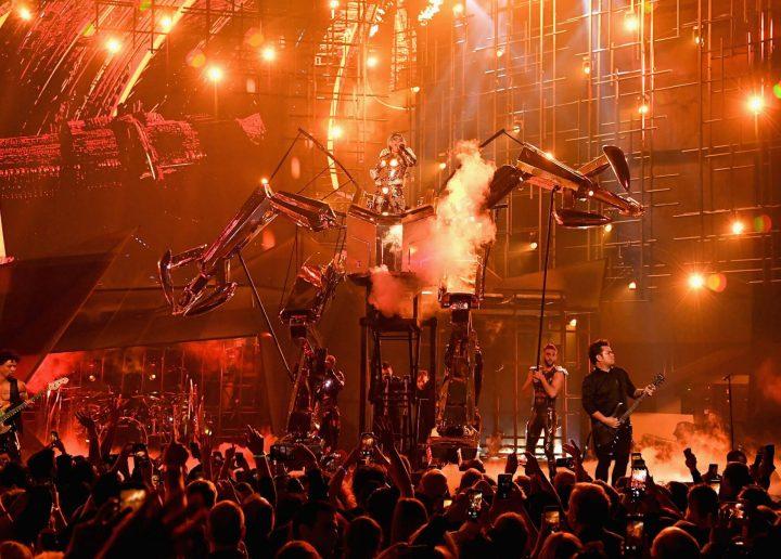 Lady Gaga também abusou de recursos tecnológicos. Ela conversou com uma inteligência artificial, transformou-se em personagem de anime no telão e ainda montou em um enorme robô