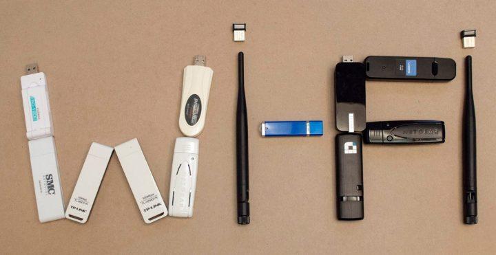 Na imagem mostra vários adaptadores wi-fi, como antenas de roteador e mini usb