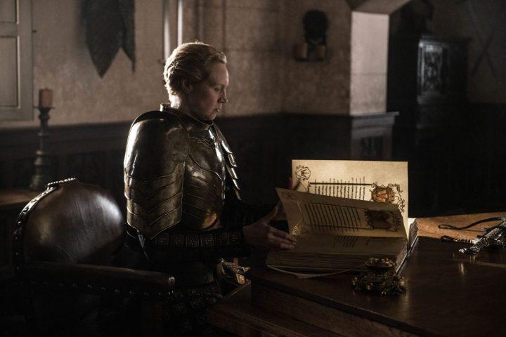 Brienne completando o capítulo sobre Jaime Lannister no livro da Guarda Real.