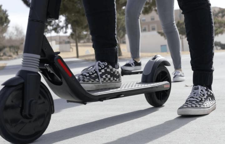 Por ser compacto, o patinete elétrico pode ser transportadora sem muito esforço
