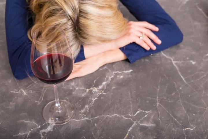 Na dúvida de qual bebida causa a pior ressaca, não beba