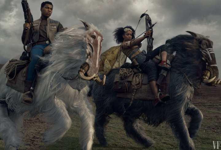Foto mostra os personagens Finn e Jannah de Star Wars cavalgando em direção a frente inimiga