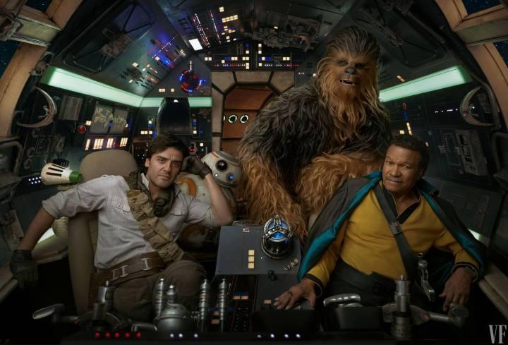 Foto mostra Poe, Chewie e Lando dentro da Falcon