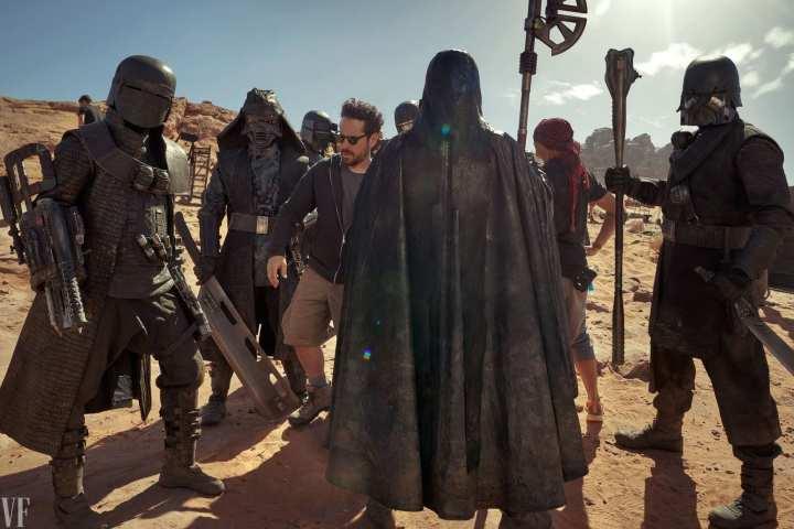 Foto mostra o diretor J.J Abrams cercado pelos Cavaleiros de Ren, personagens durante o filme