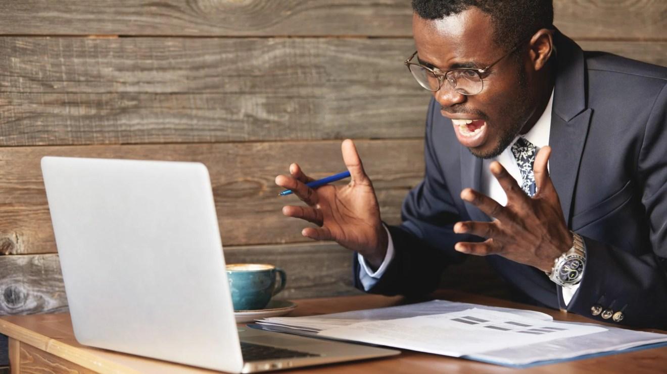 Pessoa com raiva olhando para o computador (Imagem: Deposit Photos)