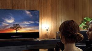 smart TV Lg no fundo com um casal