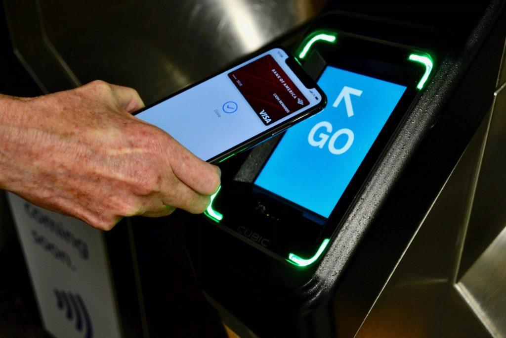 O Apple Pay utiliza a tecnologia NFC para a realização das transações de forma segura.