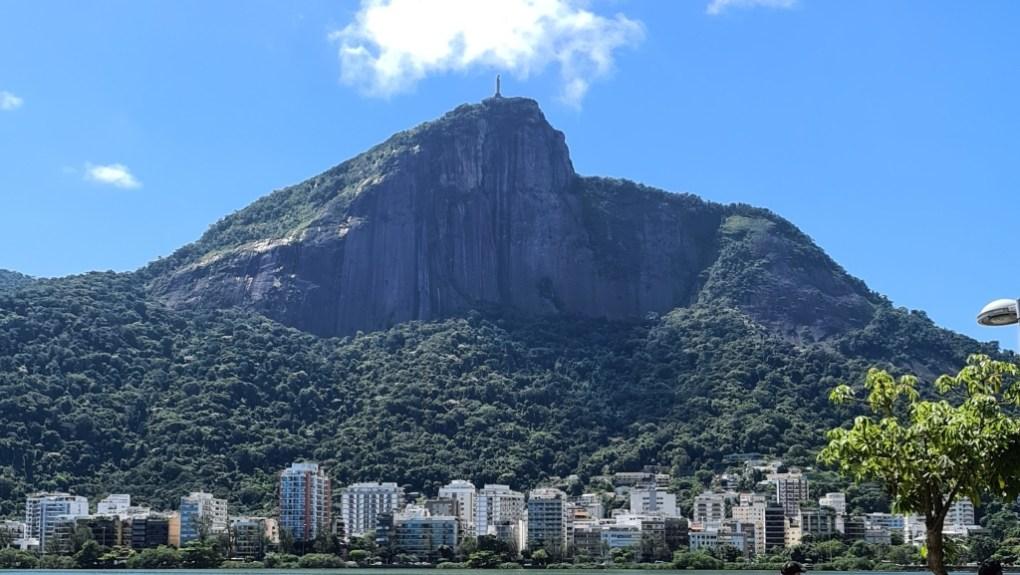 Foto de longe do Cristo Redentor, no Rio de Janeiro