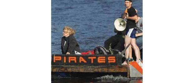 """Integrantes do Partido Pirata da Alemanha que defende uma internet livre SEAN GALLUP GETTY IMAGE1 610x268 - """"Piratas"""" compram mais música do que outros usuários na internet"""