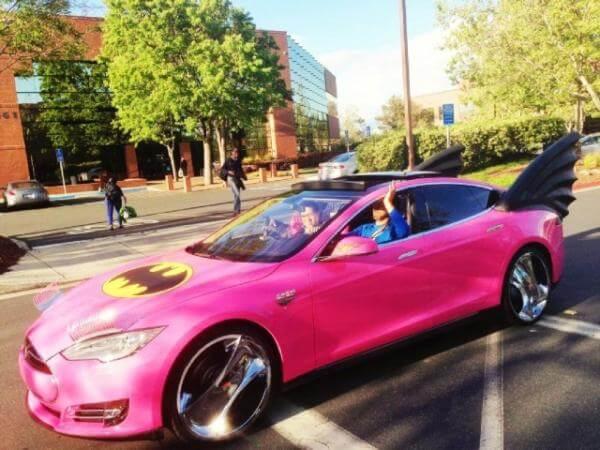 Tesla S com SB - Funcionários do Google transformaram carro de Sergey Brin em um batmóvel