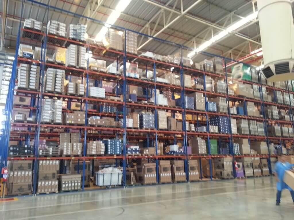 Estoque temporário no pátio da fábrica, que produz mais de 30 mil monitores mensalmente
