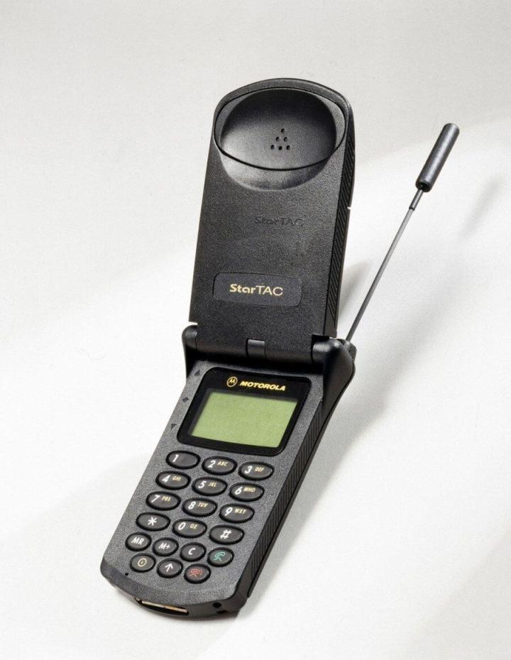 944217 motorola startac 720x930 - Brasil: uma história contada por celulares