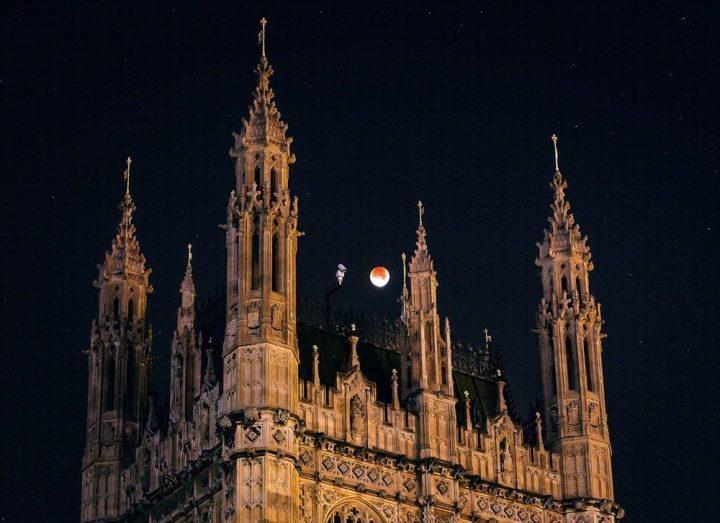 westminster 720x523 - Veja as fotos do eclipse total da superlua ao redor do mundo