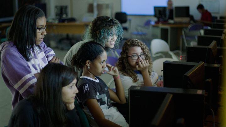 codegirl monitor watching 720x405 - CodeGirl: documentário incentiva garotas a programar