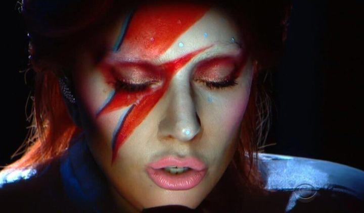 "gaga bowie grammy 2016 720x422 - Lady Gaga usa hologramas e ""pele digital"" para homenagear David Bowie no Grammy"