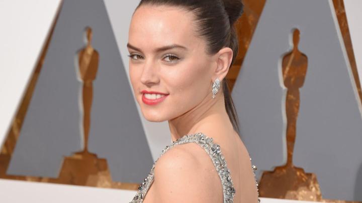 A atriz Daisy Ridley no tapete vermelho do Oscar Star Wars Episódio VIII