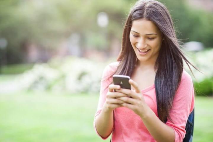 smartphone messagin girl 720x479 - Aplicativos de mensagens se tornam mais populares que redes sociais