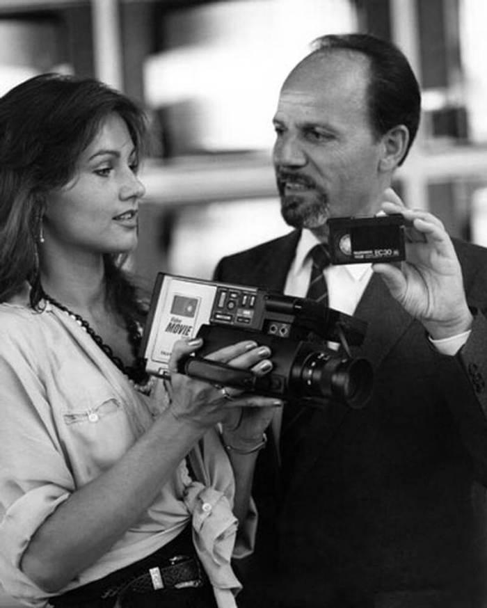 A primeira câmera VHC-C portátil foi apresentada em 1983.