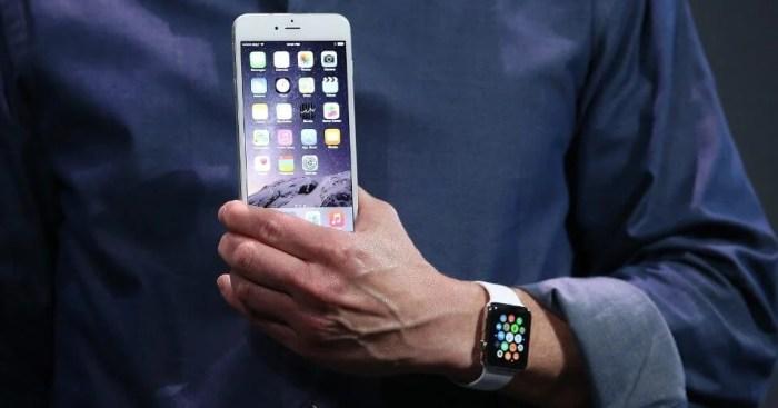 tim cook diretor executivo da apple segura um iphone 6 durante apresentacao do smartphone 1410294188603 956x500 720x377 - O que esperar do evento de 7 de setembro da Apple?