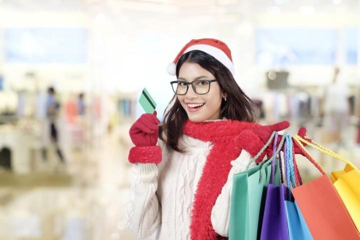 Mulher fazendo compras com cartão de crédito