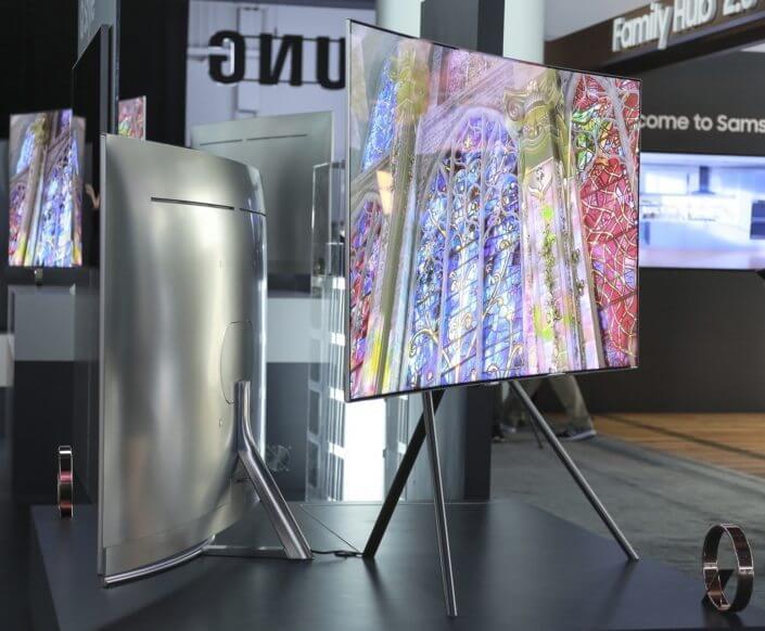 As QLED TV da Samsung combinam um design metálico clean, fino e elegante com uma tela praticamente sem bordas.,