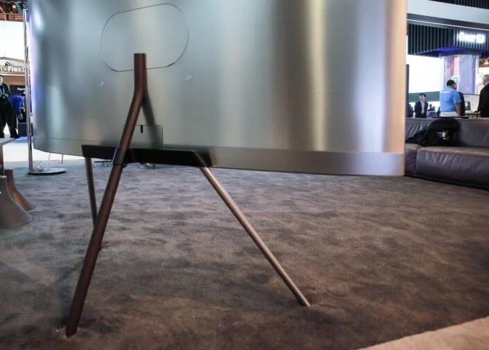 Suporte Studio - Design impecável: TVs QLED da Samsung se integram à sua área de estar