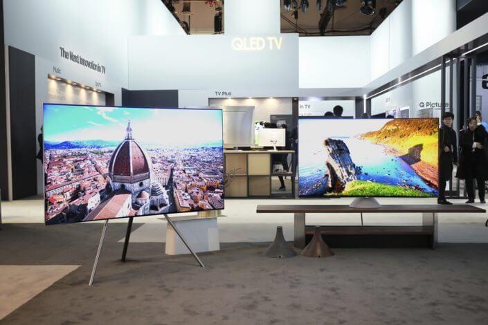 suportes opcionais Studio esquerda e Gravity direita - Design impecável: TVs QLED da Samsung se integram à sua área de estar