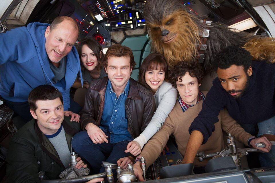 Elenco reunido na Millennium Falcon para a primeira foto oficial do filme de Han Solo (Divulgação/Disney)
