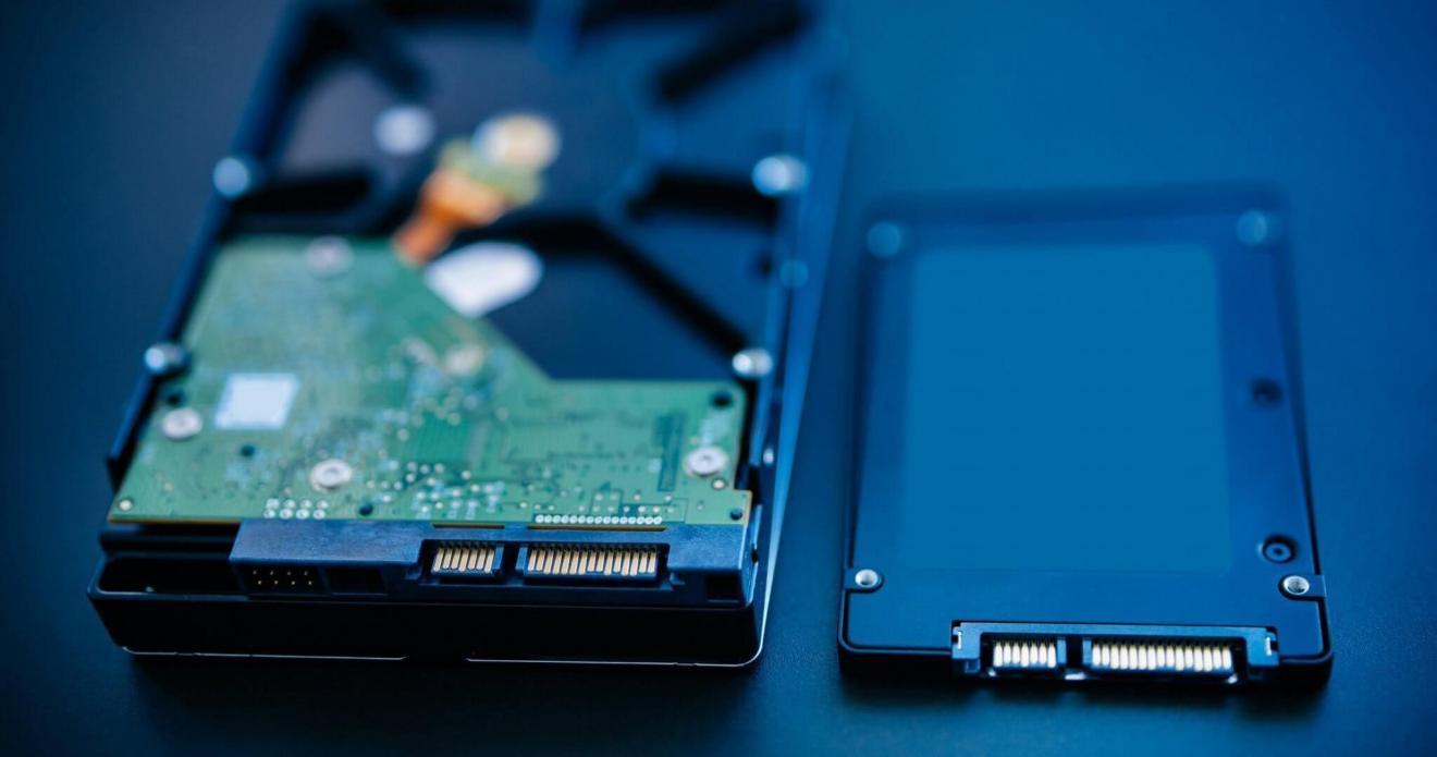 Além de menores e mais resistentes, os SSDs são mais rápidos que HDs tradicionais