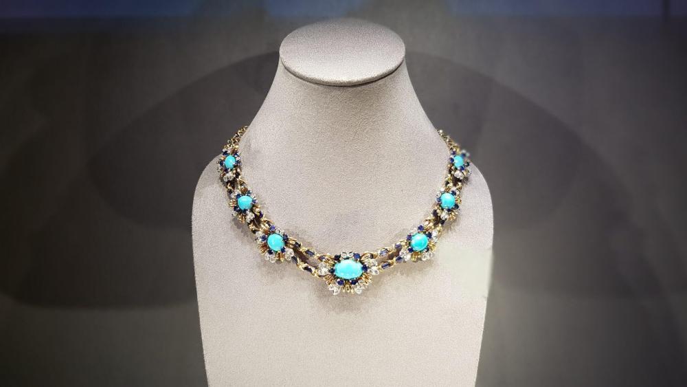 Com uma infinidade de detalhes, este colar faz parte da coleção histórica da loja.