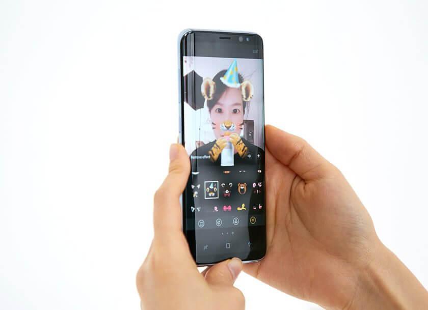 Os novos recursos da câmera incluem filtros à lá Snapchat, resolução de 8MP (frontal) e 12MP (traseira).