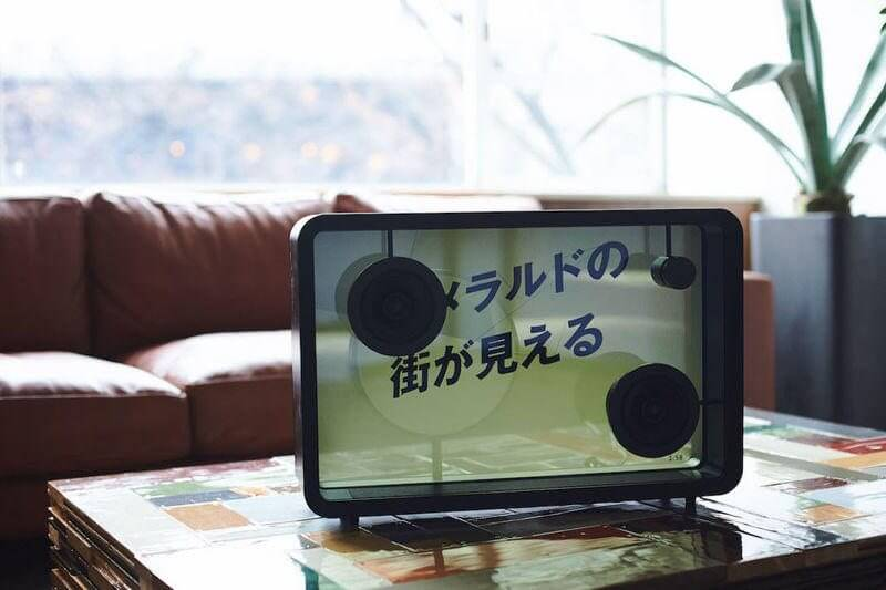 Cotodama Lyric Speaker é uma caixa de som com tela translúcida para letras