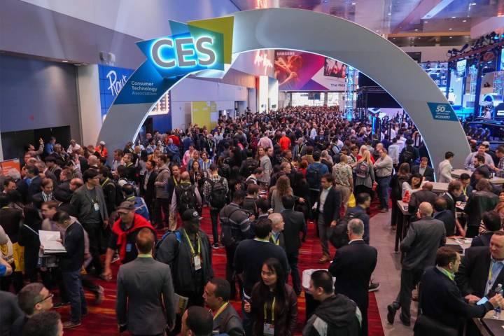ces 2017 show floor 720x480 - CES 2018: o que esperar da maior feira de eletrônicos do mundo