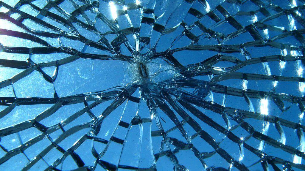 Broken Glass - Entenda por que o vidro é transparente