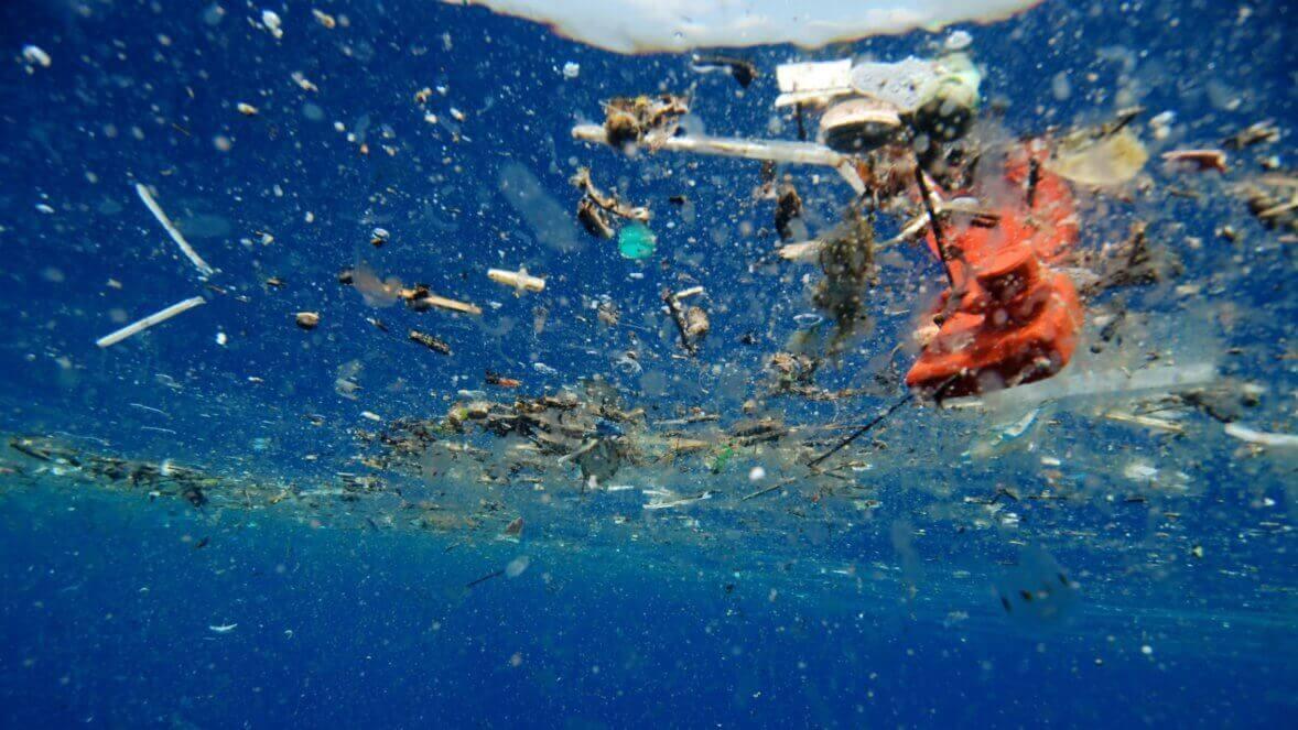 plastic ocean - Cientistas criam acidentalmente enzima que come plástico