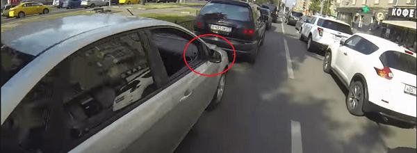 Motera cabreada persigue y tira basura a los conducotres por la ventanilla