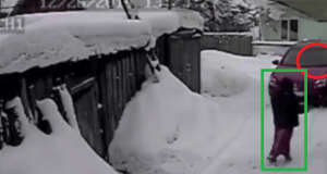 Atropelló con el coche a su vecina por rayarle el auto