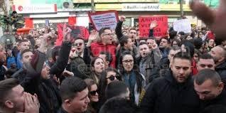 """Studentët i frikësohen përçarjes: """"Shami të kuqe për t'u dalluar"""". -"""