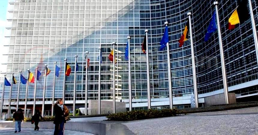 Djegia e mandateve/ Gazetarja e Brukselit shtron pyeten: - Pse po gabon Komisioni Europian me Shqipërinë. -
