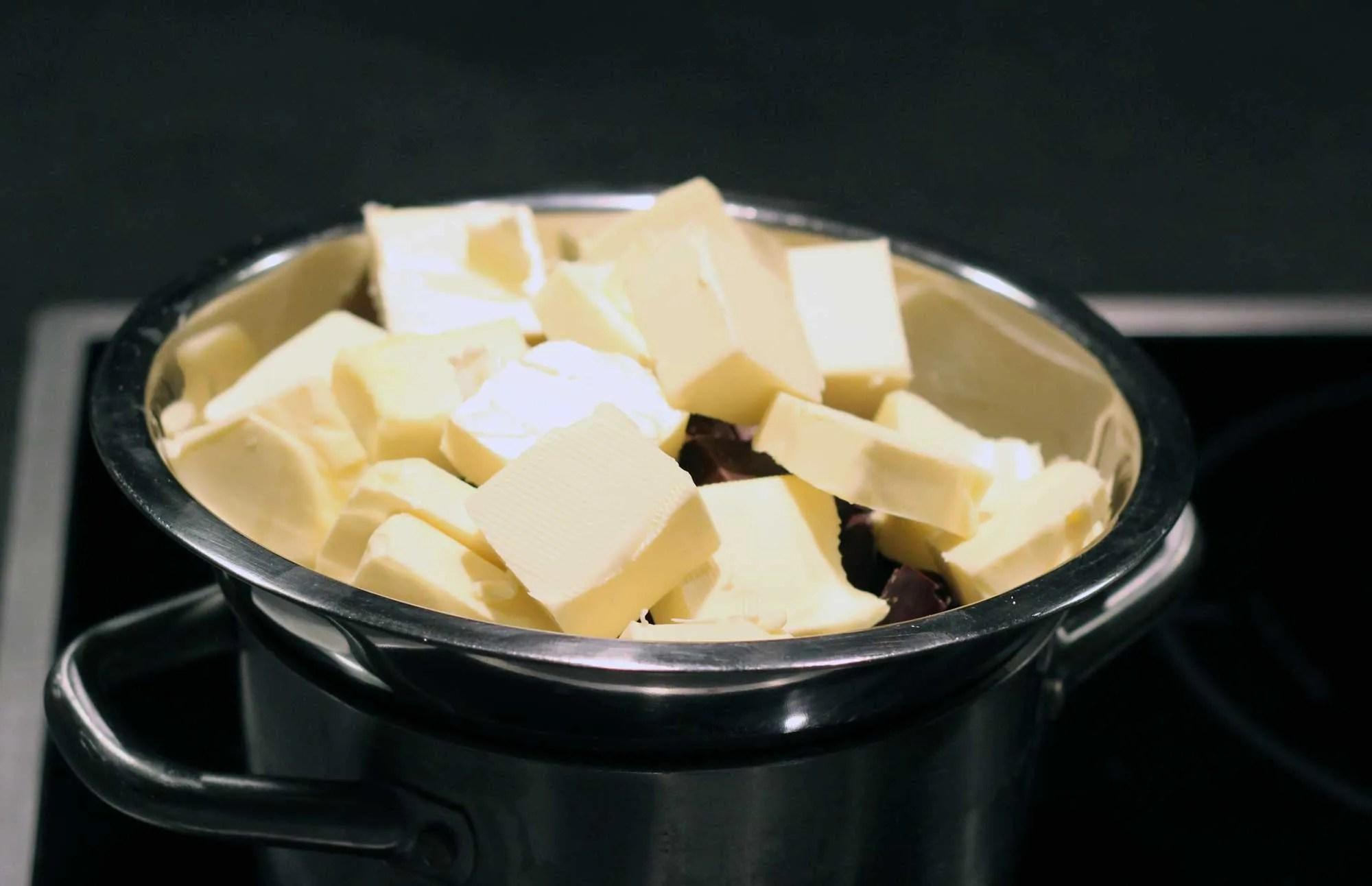 Butter und Schokolade über Wasserbad schmelzen