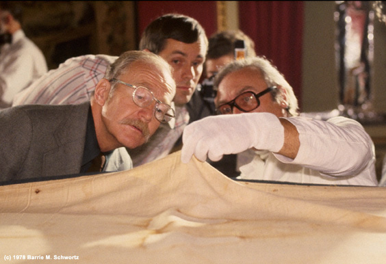 Ray Rogers Takes  the First Look at the Underside of the Shroud of Turin in Nearly 450  Years - Photograph ©1978 Barrie M. Schwortz