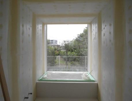 眺めの良いバスルームに浴槽が設置されました