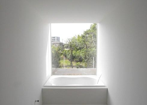 真っ白に塗装されたバスルーム