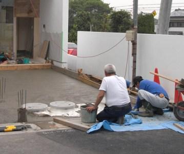 捨てコンクリート が完了した駐車場兼アプローチ | 川口の白い家
