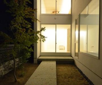 裏庭 の夜景。まだ施工中ですがとても良い雰囲気 | 川口の白い家