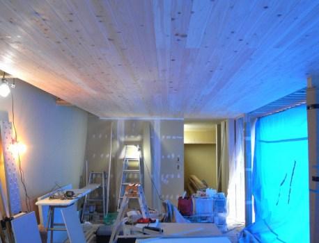 縁甲板 張りによるリビング天井が完成。とても表情豊かです!