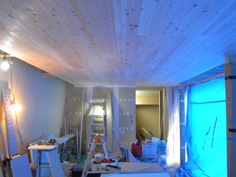 ヒノキの縁甲板が張られたリビングの天井