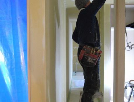 塗装下地 と床フローリング張りを開始。内装も仕上げです