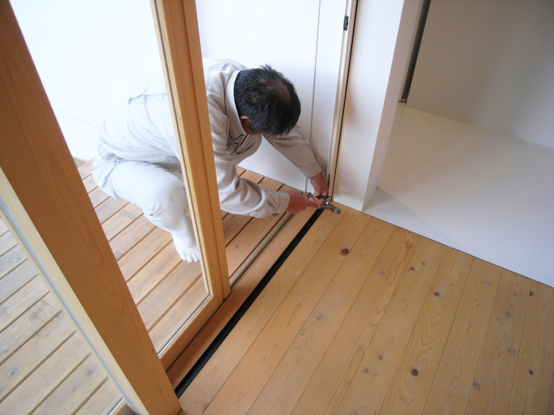 木製建具のレール微調整