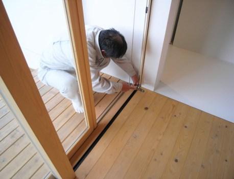 補修 に伺いました。無垢材の建具なので乾燥による微調整です